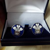 1 pair of cufflinks